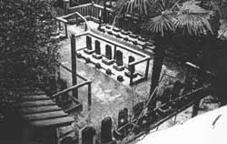 Die Gräber der 47 Getreuen auf dem Gelände des Sengakuji-Tempels in Tokyo werden auch heute noch in Ehren gehalten.