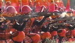 Truppen des Ii-Clans in Schlachtformation beim Salvenfeuer