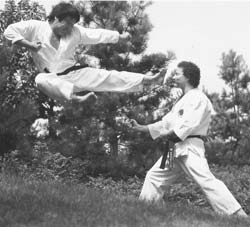 Sensei Nagai bei der Demonstration eines yoko tobi geri
